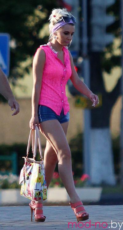 Летняя уличная мода в столице белорусских шахтёров (наряды и образы на фото: розовая блуза, джинсовые микро-шорты, розовые босоножки, разноцветная сумка)
