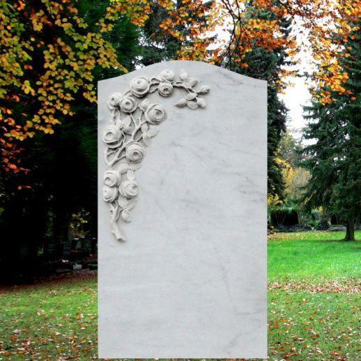 Weißer Marmor Grabstein mit Blumen • Qualität & Service direkt vom Bildhauer • Jetzt Grabstein online kaufen bei ▷ Serafinum.de