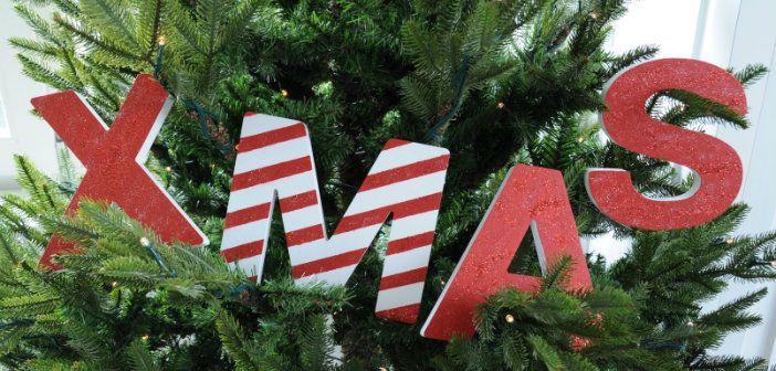 Houten letters pimpen voor kerst! Deze witte houten letters komen van de Xenos. Met tape, verf en glitter worden het echte kerstletters. De M is zelfs in 'candy cane' stijl. Bekijk de DIY en meer foto's op www.christmaholic.nl.