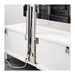 Da la impresión de que el TV está montado en la pared, pero sin necesidad de hacer agujeros. El soporte de la TV se puede inclinar para cambiar de posición y acceder fácilmente a los cables y conexiones. El soporte de TV incluye un organizador de cables para tenerlos recogidos y ocultos.