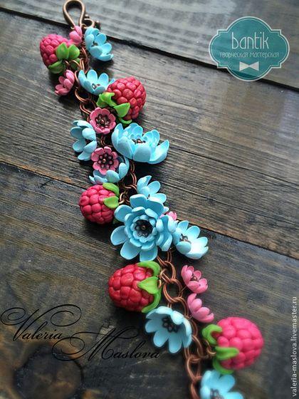 Браслет с малиной и цветами голубыми и розовыми из полимерной глины -