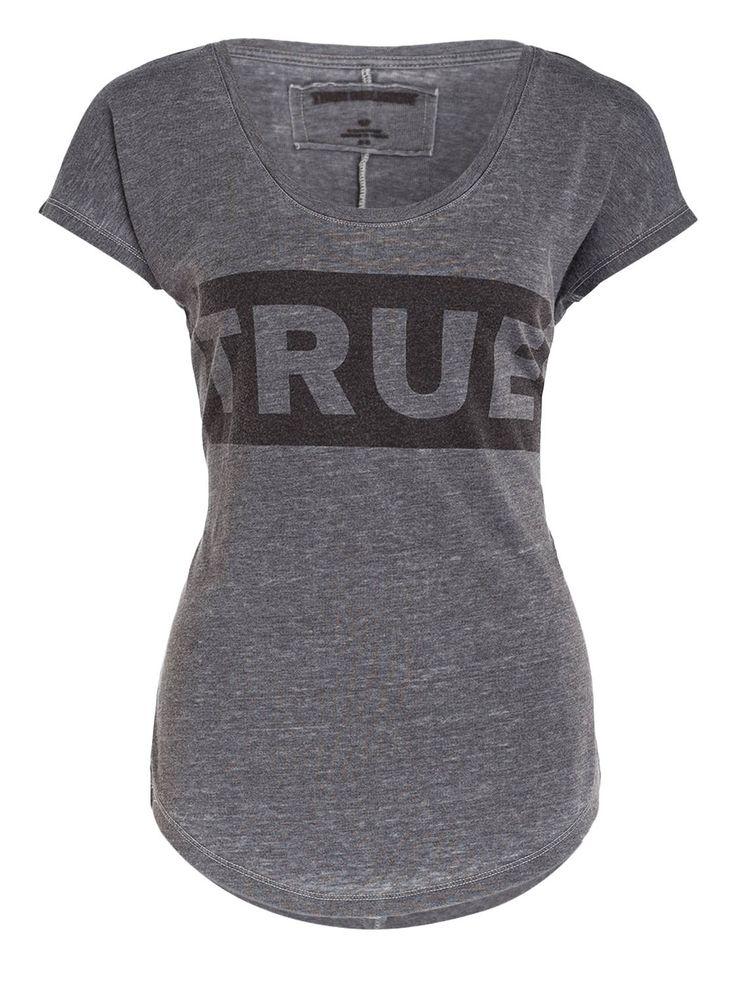 Für angesagte Casual-Looks: das T-Shirt von TRUE RELIGION für Damen in melierter Optik. Der entspannte Schnitt wird von einem coolen Typographie-Print im Used-Look begleitet. Sichern Sie sich dieses Shirt und kombinieren Sie es zu Ihren Freizeit-Outfits!Details: Gerader Schnitt Rundhalsausschnitt Überschnittene Schultern Abgerundeter Saum Melierte Optik Supersofte Haptik Typographie-Print in Used-Optik Maße bei Größe S:Rückenlänge ab Schulter: 67 cm