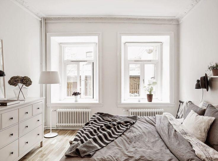A serene white and grey home. Stadshem.