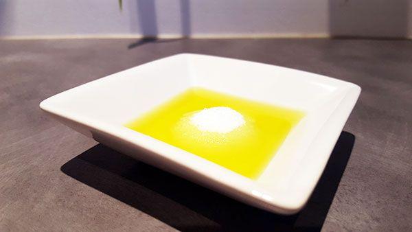 Le gommage maison régénérant et tonifiant au sel et à l'huile d'olive.