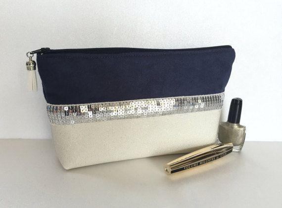 Trousse de maquillage bleu et écru en simili cuir par Fildestoiles