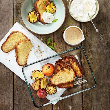 Ge sockerkakan en extra touch av sommar! Recept på grillad sockerkaka med grillade aprikoser och nektariner. Perfekt efterrätt till grillmiddagen!