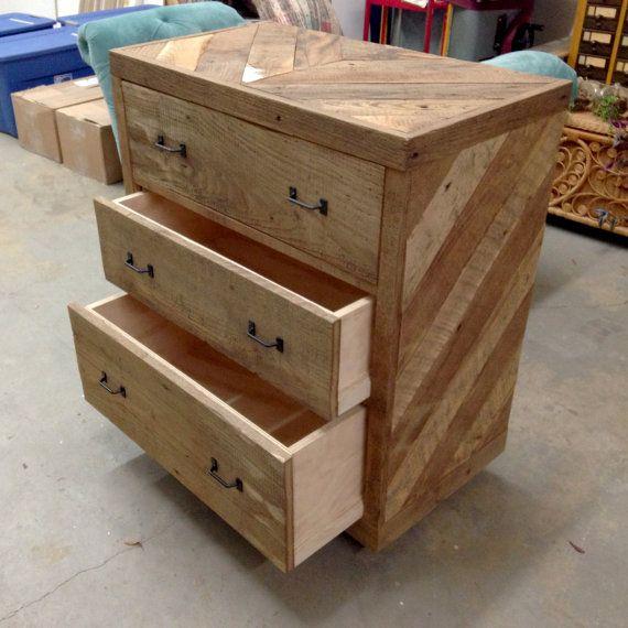 25 best ideas about pallet dresser on pinterest - Sofas con cajones ...