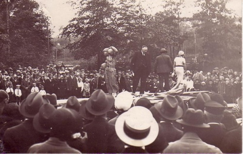 "Picture from the moment after the unveiling of the statue 13th July 1931. Mayor Hedegaard (and just beside his knee in the   background Johannes Bucholtz getting ready for his speech), and (leaving) the artist Anker Hoffmann and Mrs Vibeke Weber (representing the New Carlsberg Foundation). Mrs. Weber named the statue ""Struerpigen"". Around 2,000 spectators in small town Struer, at that time with 5,300 citizens, shows the importance of the event."