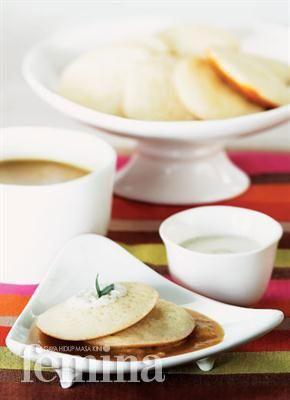 Serabi Kinca Durian Femina Bahan: Serabi: 225 g tepung beras 1/2 sdt ragi instan 50 g gula pasir 1/2 sdt garam 1 butir telur ayam 500 ml santan dari 1 butir kelapa parut 1/4 sdt garam Areh: 200 ml santan kental dari 1 butir kelapa parut 1/2 sdt garam 2 lembar daun pandan, simpulkan Kinca durian: 500 ml santan sedang dari 1 butir kelapa parut 1 sdt garam 2 lembar daun pandan 200 g daging buah durian 100 g gula merah, sisir 25 g gula pasir Cara membuat: Areh: Campur semua bahan, masak hingga…