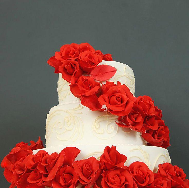 #свадебныйторт - не просто традиция, а возможность еще раз продемонстрировать всем свое чувство стиля. В каталоге наших свадебных тортов вы найдете шикарные свадебные торты, который станут кульминацией торжества, учитывая тематику вашей свадьбы 👰❤️💍🎩  Менеджеры #абелло готовы помочь с выбором красивого и качественного десерта по любому поводу по единому номеру: +7(495)565-3838 Телефон/WhatsApp/Viber.Наш сайт с примерами работ www.abello.ru #abello #abelloru #тортназаказ #тортыназаказ…
