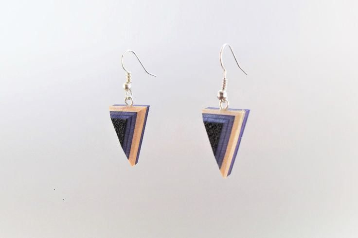 These earrings are handmade of old skateboard decks and are from the creative label Paulibird. These can have signs of weer and tear on the front and tear. Model: SO008_Dart, price: €29,- (exclusieve shipment costs). We ship world wide. Visit our webshop to see what we have more. The webshop is in Dutch but don't hesitate to contact us. Contact@bestorigineel.com  #BestOrigineel #Paulibird #jewellery #Earrings #Earring #Handmade #Skateboard #SkateboardDeck