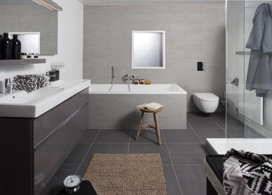 Het badmeubel is perfect afgestemd op de keramische producten.