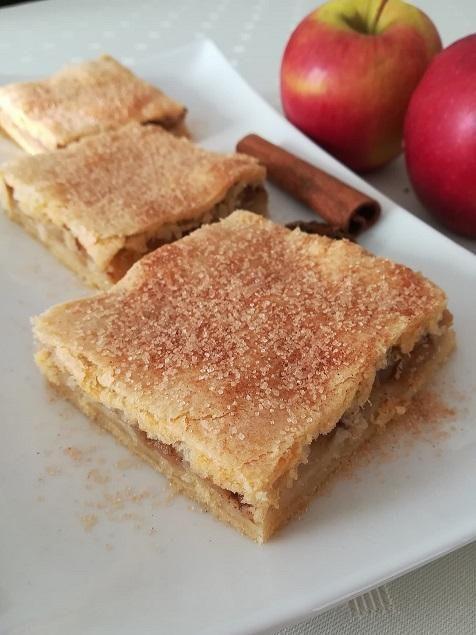 Škoricovo jablkový koláč s cestom s hnedým cukrom - recept