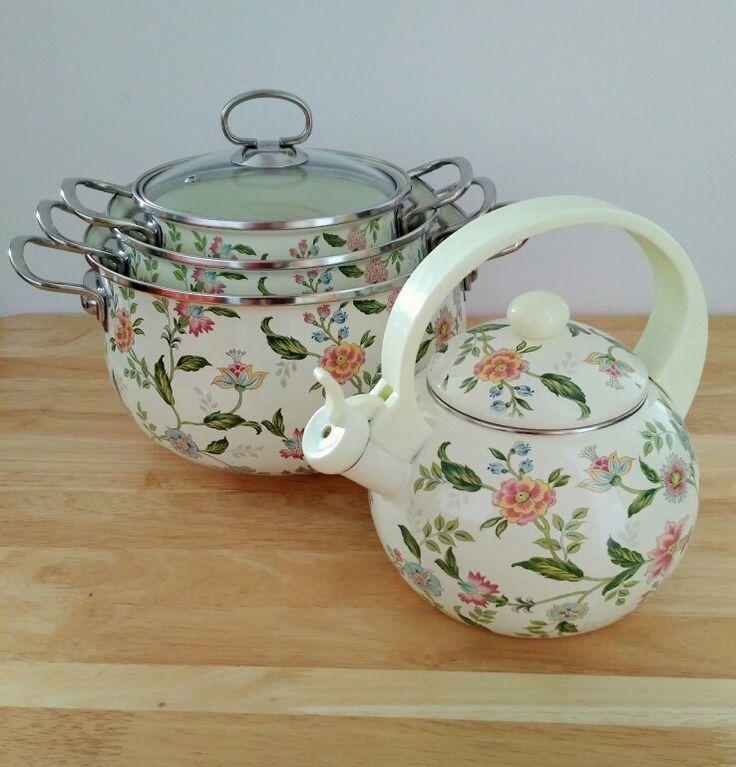 Czy Wy też macie obsesję na punkcie rzeczy ładnych? 🐈 Jedną z nich jest ten zestaw 3 garnków i czajnik w pięknym kwiatowym wzorze 🌸 prawda, że śliczny? Do nabycia tutaj: https://e-majka.pl/pl/p/Garnki-emaliowane-z-czajnikiem-EB-1827/129 🎁 #czajnik #garnek
