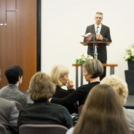 Un Témoin de Jéhovah prononce un discours lors de funérailles
