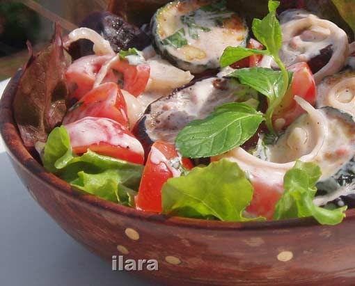 СВЕЖИЕ ПОМИДОРЫ, ЗАПЕЧЕННЫЕ БАКЛАЖАНЫ И ЦУКИНИ ПОД ЙОГУРТОВЫМ СОУСОМ  Сытный салат заменит вегетарианцам обед или ужин. Просто попробуйте: вкусно!…