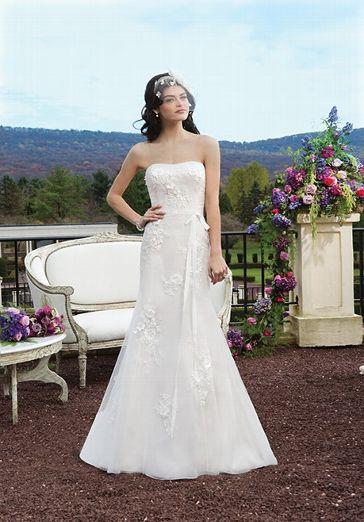 Cremefarbenes Hochzeitskleid im Meerjungfrauen-Stil mit Perlen bestickt und Satinblumen versehen - von Sincerity