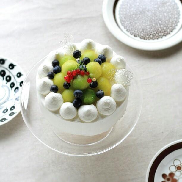 ムースを作る予定が生クリームのケーキが食べたいというのでメロンのショートケーキに。まん丸にくり抜くの難しいわぃ!ベランダ産のレッドカラントも飾ってみたけど乗せなくてもよくね?(๑•́ ₃ •̀๑)物足りない場所は飴細工でごまかしー。喜んでもらえたので結果ヨシなのです♡ - @plus5u- #instagram