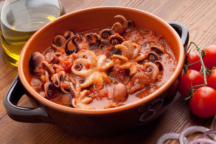 I polipetti affogati sono un piatto golosissimo, con i moscardini impreziositi da un ricco e gustoso sughetto: la scarpetta è obbligatoria.