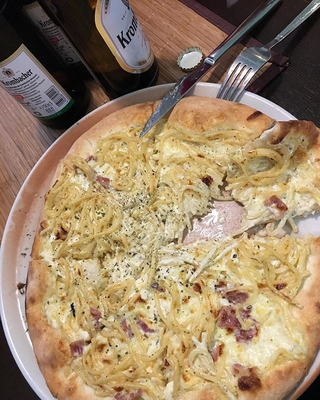 Pizza Carbonara. It's not just a name. It's actually spaghetti carbonara on the top of pizza 😍  #rnpdice #essen #spiel2016 #food #foodporn #pizza #carbonara #pasta #yummy #awesome #fun  Yummery - best recipes. Follow Us! #foodporn