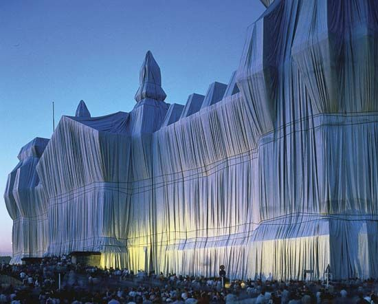 Wrapping structures Christo & Jean-Claude