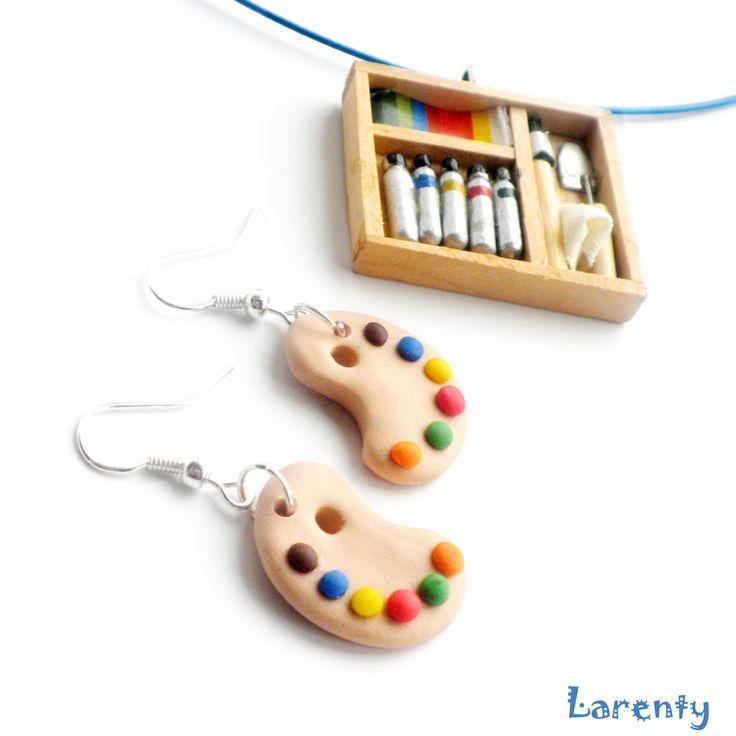 Setík Umělce - barvy a paleta Přívěšek představuje krabičku pro malíře, která obsahuje temperky, škálu vodových barviček, štětec, špachtliču a malý hadřík. Barvy ubruší se liší. Naušničky jako dvě palety plné duhových barev.