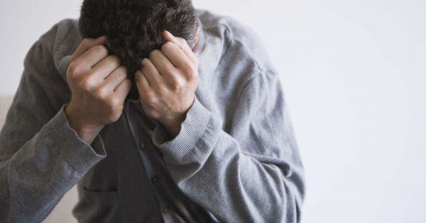 """""""Fadiga: Pessoas que estão deprimidas passam por uma série de mudanças físicas e emocionais e podem experimentar fadiga, bem como uma desaceleração dos movimentos físicos, da linguagem e no processos de pensamento. Problemas de sono, tais como insônia, acordar muito cedo pela manhã, ou excesso de sono são sintomas comuns de depressão. Como a fadiga, problemas do sono são um dos principais sintomas dos homens deprimidos."""""""