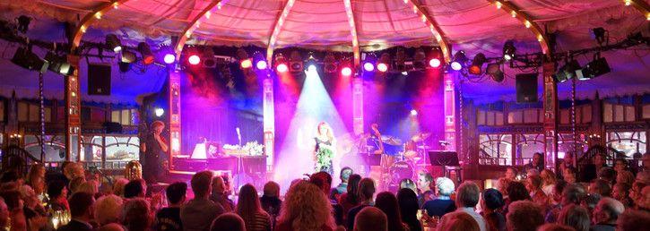Die Bar jeder Vernunft ist ein Spiegelzelttheater für Cabaret, Show und Musical in Berlin