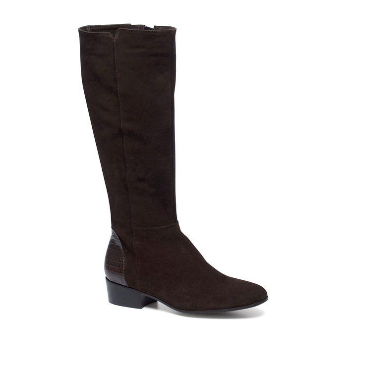 Bruine laarzen suède  Description: Bruine laarzen van het merk Manfield. De laarzen hebben een binnenzijde van leer en een buitenzijde van suède. Bijzonder aan dit model is de kroko print aan de achterzijde van de hiel. U sluit de laarzen eenvoudig door de ritssluiting aan de binnenkant van het been. De maat valt normaal en de hakhoogte is 4 cm gemeten vanaf de hiel.  Price: 85.00  Meer informatie  #manfield