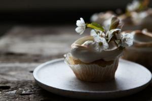 Rabarber cupcakes med marengs til Mors dag