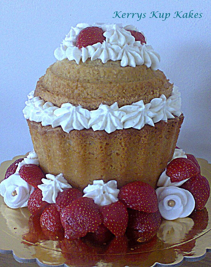 STRAWBERRIES AND CREAM GIANT KUPKAKE
