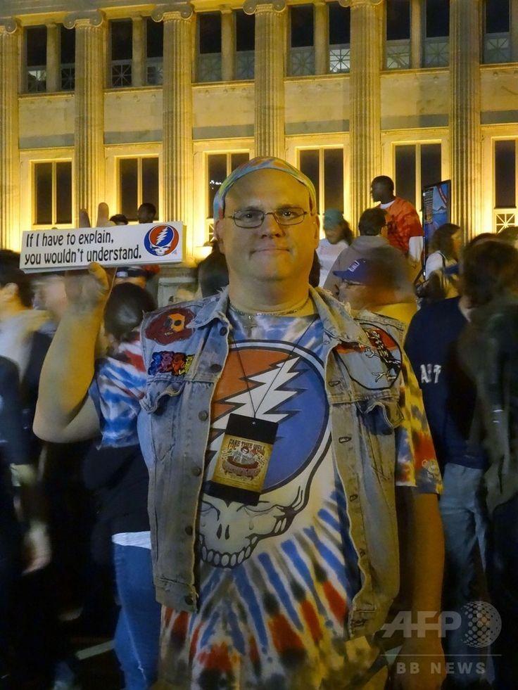 米イリノイ州シカゴのスタジアム「ソルジャー・フィールド」周辺に集まった「デッドヘッド」たち(2015年7月4日撮影)。(c)AFP/SHAUN TANDON ▼7Jul2015AFP|グレイトフル・デッド、米シカゴで最後のコンサート http://www.afpbb.com/articles/-/3053880 #Soldier_Field