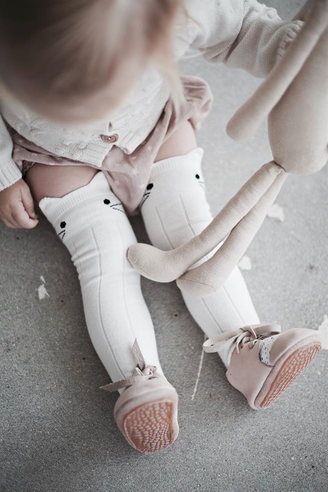 Prachtig zijn deze kniekousjes van het merk `Jamie Kay´. Perfect voor onder een rokje of jurkje in de zomer of om de beentjes extra warm te houden in de winter. Leuk: De kousen staan erg leuk onder de jurkjesuit de webshop! 75% Cotton, 23% Polyester 2% Elastane Size Guide: 0-3mth – 25cm height, 10cm foot …