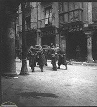 Escenas tomadas desde la Plaza del Torico Teruel. Kati Horna. 1937 o 1938