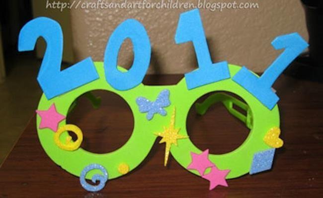 La #celebración de un nuevo año  Necesitáis unas gafas de niño, cartulina, tijeras y pegamento. Recortáis unas circunferencias para los ojos y los números. Para que aguanten más podéis forrar las cartulinas con aeronfix. Decorad las gafas con dibujos, formas geométricas, purpurina, alguna pluma…