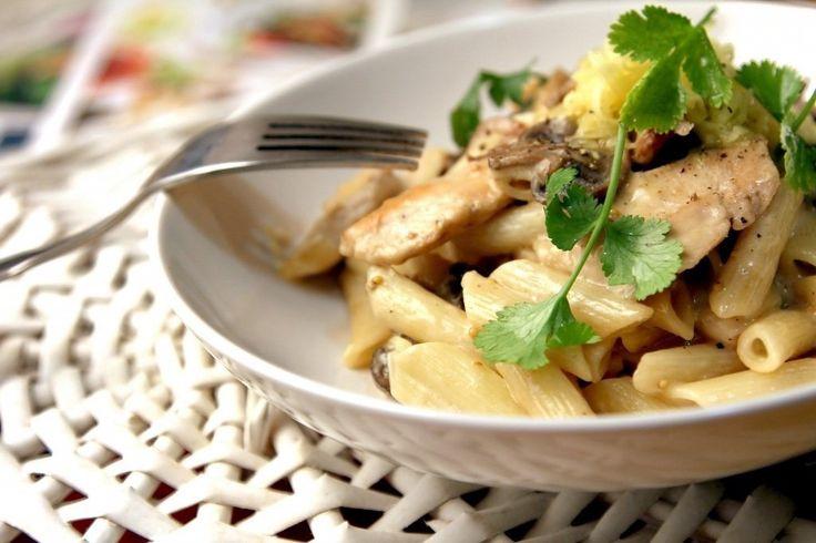 Макароны с грибами и курицей  Ингредиенты:  Макароны — 400 г Свежие шампиньоны — 400 г Куриное филе — 400 г Мягкий плавленый сыр — 200 г Соль — по вкусу Растительное масло — для жарки Зелень — для подачи  Приготовление:  1. Куриное филе помоем, обсушим и нарежем одинаковыми небольшими кусочками. 2. Выложим в глубокую сковороду с нагретым растительным маслом, посолим и жарим, иногда помешивая, около 10 минут. 3. Шампиньоны почистим, помоем и меленько нарежем. 4. По истечении времени положим к…