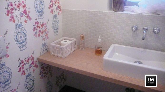 итальянская ванная мебель - НЕБОЛЬШАЯ ВАННАЯ КОМНАТА ДЛЯ ГОСТЕЙ Рядом с большой гостиной комнатой маленькая ванная комната для гостей требовала обновления и модернизации, ведь микропространство со старым красно-белым кафелем из 80-х больше не имело ничего ново�