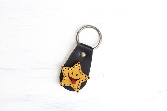 ペロっと舌を出した星形がかわいい!シンプルなキーリングです。ポケットに入れて持ち歩いてやってください。使っていくうちに、飴色に変わる本革ならではのエイジングをお楽しみください。<仕様>栃木産ヌメ革(星部分 イエロー&ベース ブラック)手縫いでのランニング...