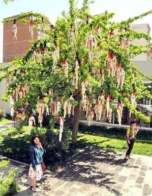 'Çocuk gelinlere' dikkat çekmek için kilisedeki ağaca bezden yaptığı çocuk gelinleri astı - +49