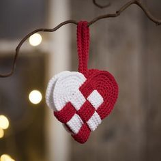 Flettet julehjerte hæklet i rødt og hvidt bomuldsgarn