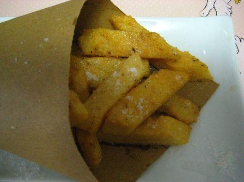 Chips di polenta cotti al forno - Perché buttare nella spazzatura la polenta di ieri se possiamo ricavarne questo ottimo finger food?