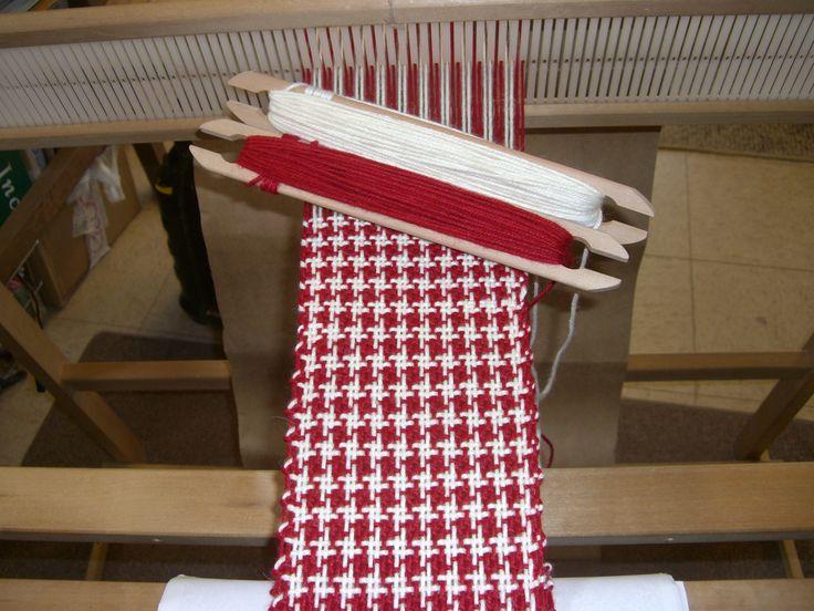 Weaving houndstooth on Ashford rigid heddle loom. pied de poeule