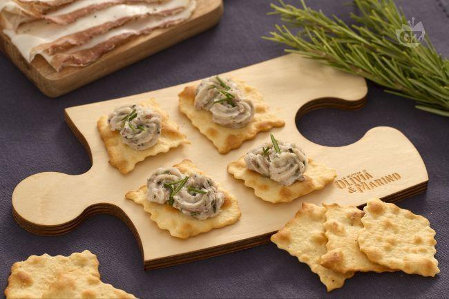 Le sfoglie con battuto di lardo al rosmarino sono un finger food davvero saporito con lardo di colonnata ridotto finemente a coltello con il rosmarino