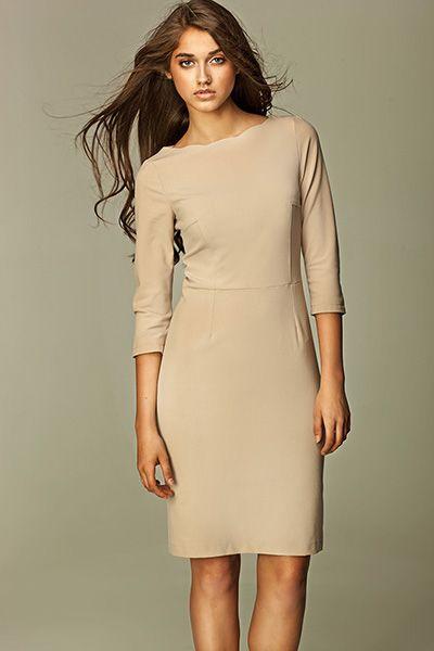 Šaty Nife Nicole Beige V jednoduchosti je krása a platí to i u tohoto modelu. Elegantní šaty v béžové barvě si oblíbíte na první obléknutí. Doplnit je můžete o barevné prvky jako jsou boty, kabelka, sáčko, ale stejně tak výrazný šperk či decentní perly. Záleží jen na tom, kam je vynesete - bude to do kanceláře, na jednání, do divadla, na večírek? Jednoduchá, užší linie střihu, zajímavě řešené u krku, projmutí v pase, tříčtvrteční rukáv, rozparek pro snadnější chůzi, zapínání na zip v zadní…