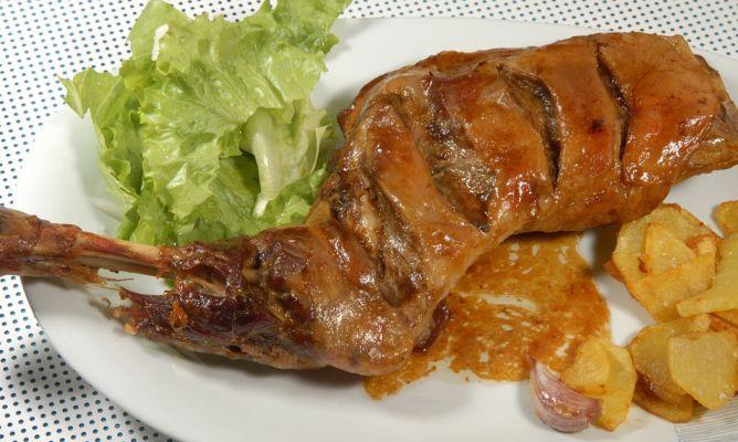 Receta de paletilla de cordero asada con ajos acompañadas de patatas fritas y ensalada de lechuga y cebolleta. #paletilla #cordero