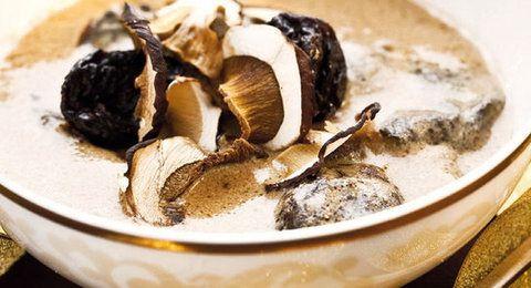L½ kg šošovice 2 hrste sušených hríbov 1 strúčik cesnaku 1 dcl sójového mlieka 1 lyžica celozrnnej múky soľ podľa chuti 1-2 hrste sušených sliviek Šošovicu si riadne preberieme, umyjeme 2-3x a necháme odmočiť cca 6 hodín. Ak sme vo vianočnom zhone zabudli alebo nestíhame stačí aj polhodinka. Odmočenú šošovicu zlejeme a dáme variť spolu so sušenými hríbikmi. Neskôr môžme pridať aj strúčik cesnaku. Keď suroviny zmäknú, pridáme sójové mlieko s rozhabarkovanou jednou lyžičkou celozrnnej múky a…
