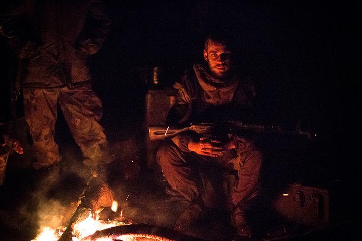 https://flic.kr/p/zL5ySF | У костра | Ночь на позициях в Дебальцево на месте бывшей украинской военной базы, которая была занята несколькими днями ранее.  Где-то под Дебальцево, 23 февраля 2015.