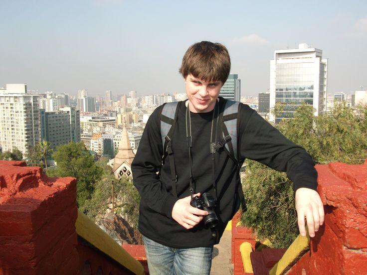 Mi amigo Jacob Mumby en la parte superior de Cerro Santa Lucía. Detrás de Jacob es el centro de la ciudad de Santiago. Hay muchos centros comerciales, como el Costanera Center. Jacob era nuestro fotógrafo durante el viaje.