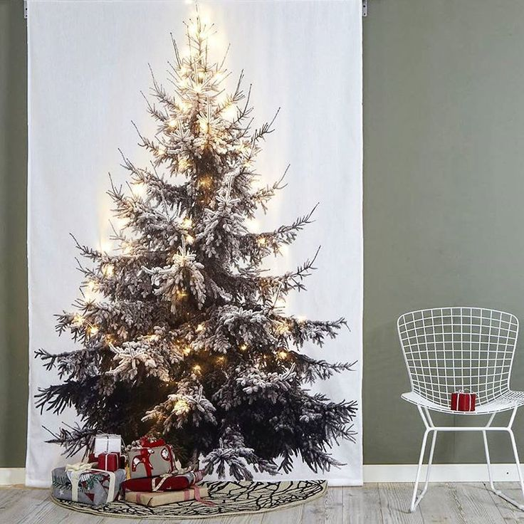 För liten lya?.Allergisk? Orkar inte släpa upp en gran och dammsuga barr?  ALLA har rätt till en julgran! 👊  CHRISTMAS TREE +Slinga hängs enkelt på tex gardinstång.  Paketpris 249:- #jul #barrfri #kvadtatsmart #vepa #textil #inredning #väggdekor #jotex #textilexperten