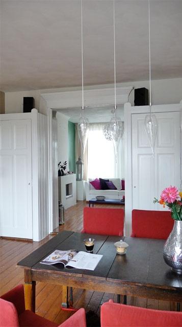 Restyling project appartement Amsterdam / woonkamer voor en na foto / doorkijkje naar voorkamer
